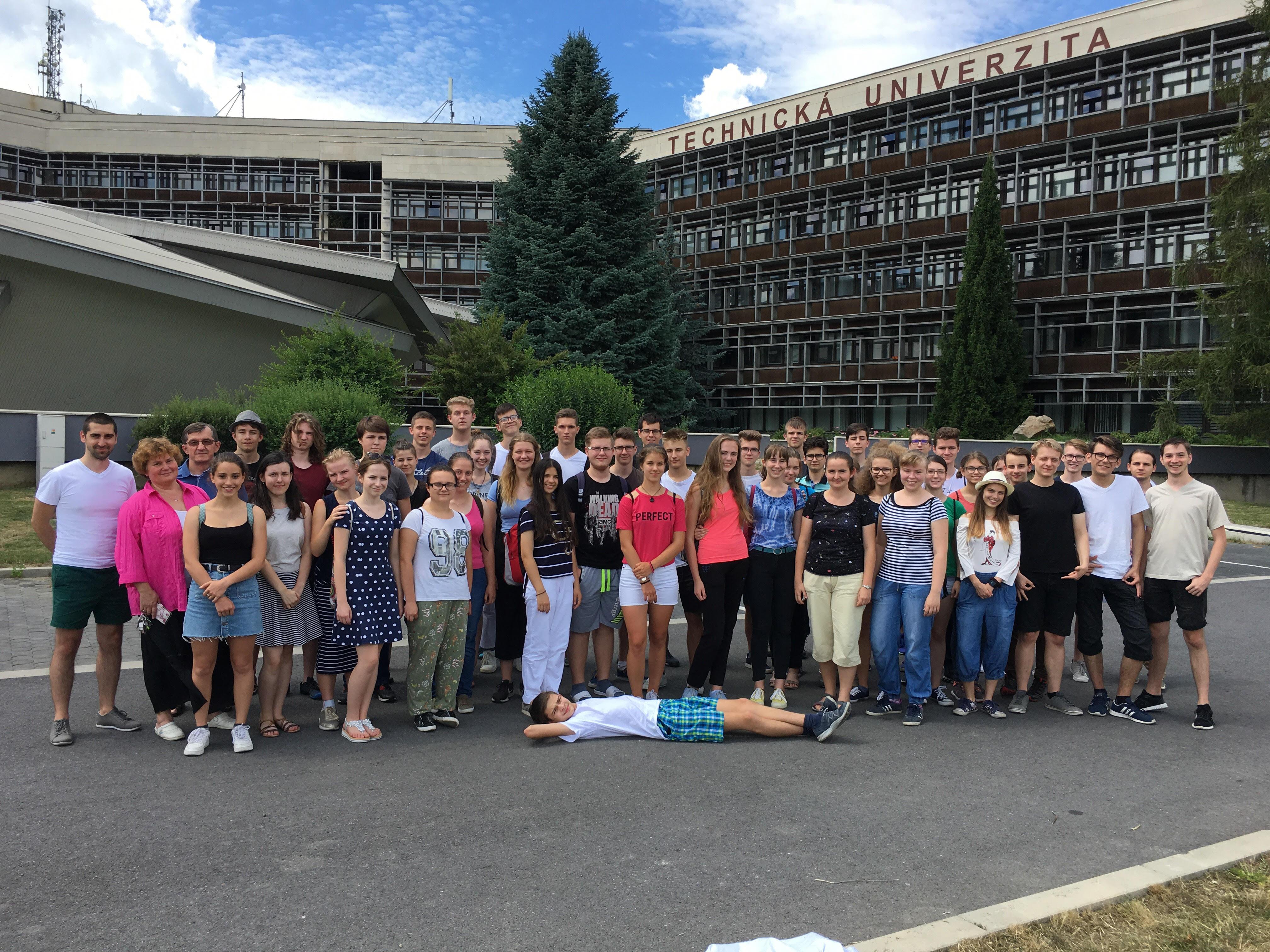 Účastníci 42. Letnej školy chemikov pred budovou Technickej univerzity vo Zvolene
