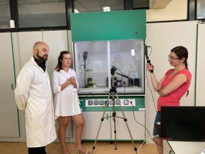 foto z filmovania v laboratóriu KFTCh PriF UK